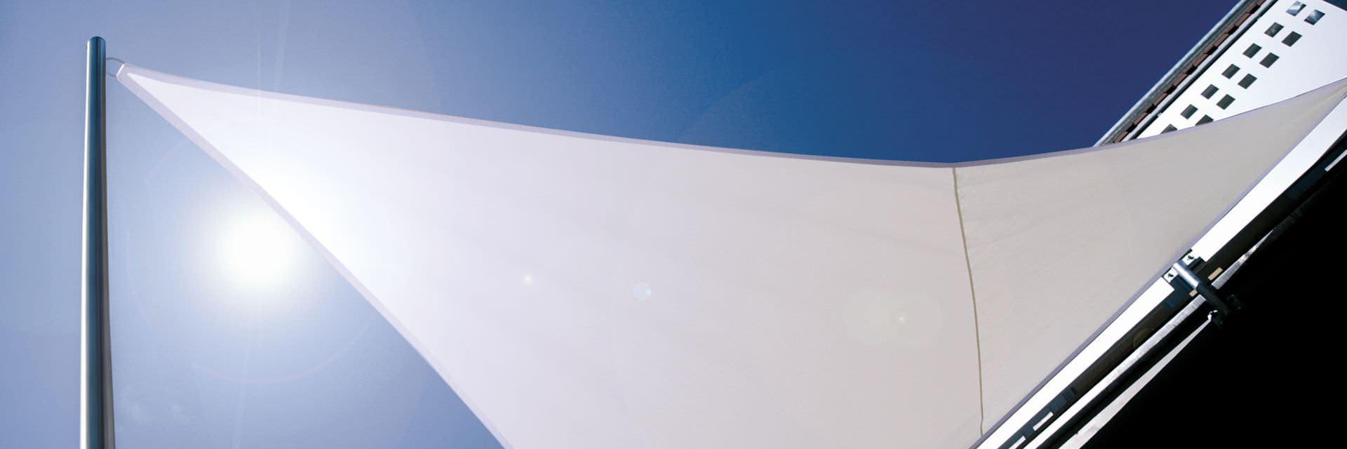 Dreieck-Segel an Hausfassade